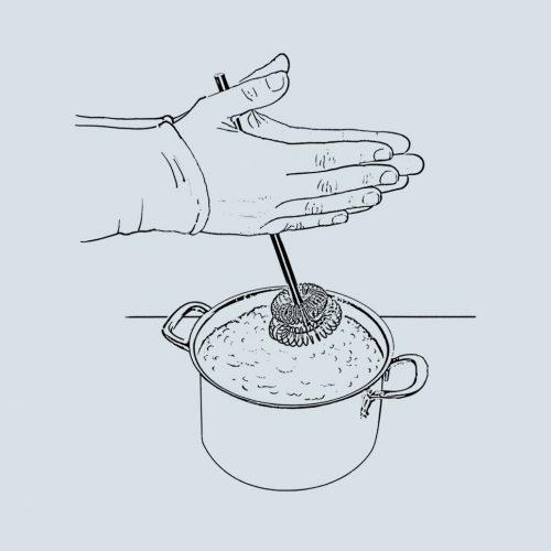 Von Hand Milchschaum schlagen mit dem manuellen Milchaufschäumer Molamano aus Edelstahl